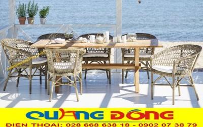Kết cấu và kiểu dáng tự nhiên, thiết kế tao nhã cho bàn ăn với những chiếc ghế đan nhựa giả mây hình kazo