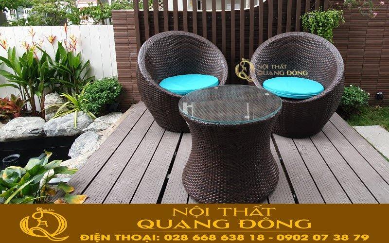 Không gian sân vườn nổi bật thêm với bộ bàn ghế trứng bằng mây nhựa