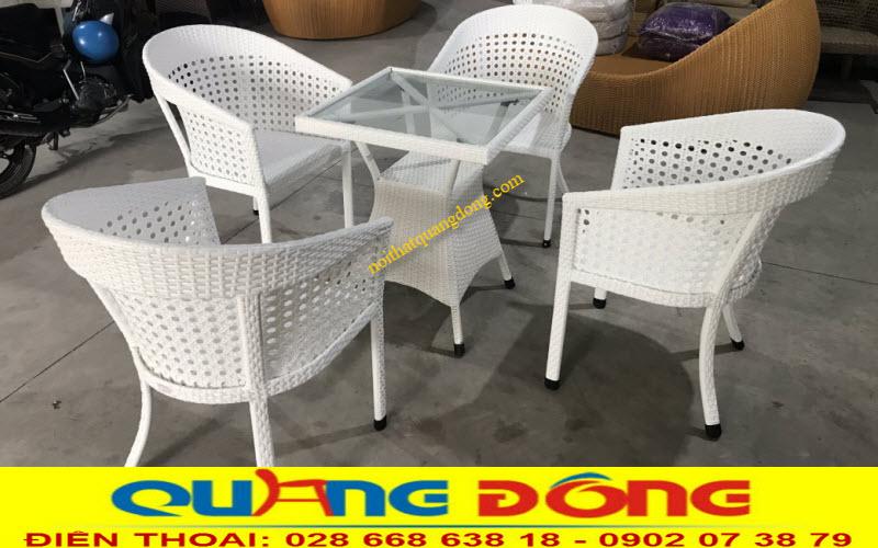 Bàn ghế màu trắng