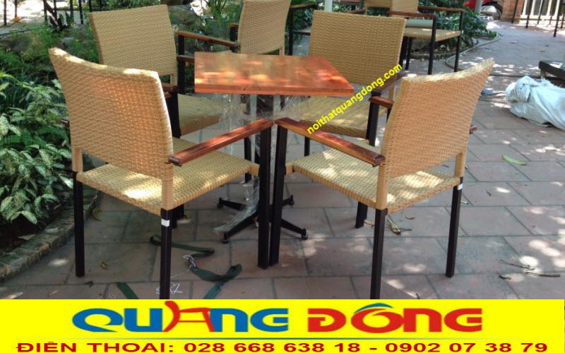 Bàn ghế có lối thiết kế tối giản vuông vức kết hợp nhựa giả mây bản dẹp và khung kim loại